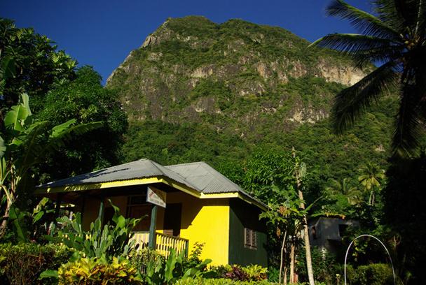 Le dépaysement culturel, on l'éprouve dans les villages aux maisons en bois coloré, les anciennes plantations coloniales, au marché de Castries, à travers, aussi, l'affabilité un rien réservée de sa population - DR : J-F.R.