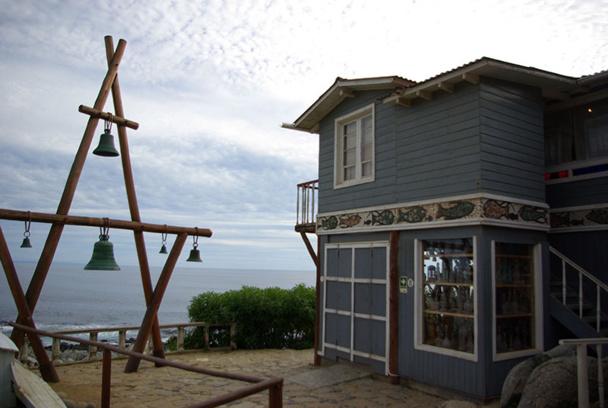Neruda, plus tard accompagné de sa femme Matilde, façonna la maison à son goût, l'agrandissant, personnalisant les pièces et les extérieurs, installant notamment un bar « à la parisienne » et une barque de pêcheur, où il aimait prendre l'apéritif avec ses amis - DR : J-F.R.