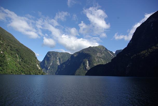 Le parc national du Fiordland, au sud-ouest de la Nouvelle-Zélande, couvre 1,25 million d'hectares. Inscrite au patrimoine mondial par l'UNESCO, cette terre sauvage et isolée abrite des fjords, des dauphins… et un incomparable parfum de virginité - DR