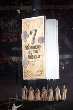 Pendant la cérémonie un livre géant a présenté l'histoire des 7 merveilles du monde originelles