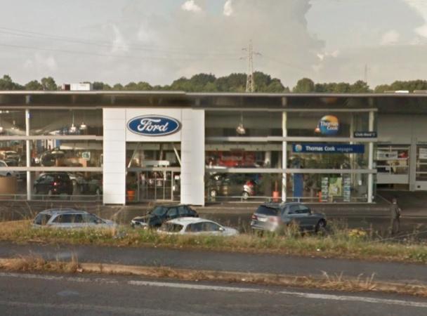 Une agence franchisée Thomas Cook, située à Saint-Herblain dans la banlieue de Nantes, a choisi de s'installer au sein même de la concession Ford du groupe Mustière Automobiles ! - DR