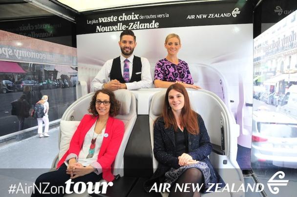 Les agences de voyages sont venues tester les sièges d'Air New Zeland présentés dans les rues de Paris. DR Compagnie.