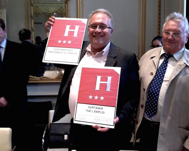 Laurent Duc, responsable de la branche hôtellerie à l'Umih, nous présente les panneaux qui seront installés à l'entrée des hôtels avant le 14 juillet. DR LAC