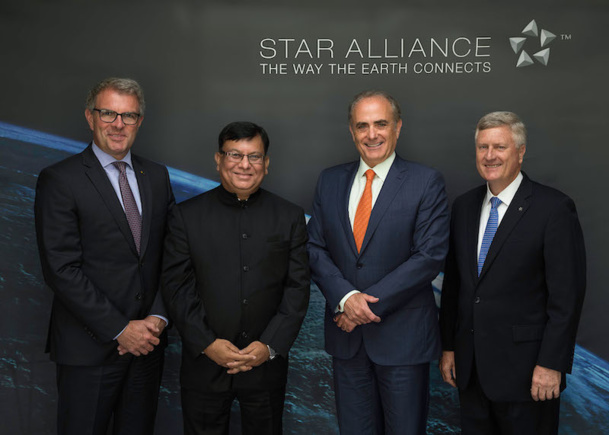 La haute direction du réseau Star Alliance accueille Air India; 27e transporteur aérien membre : (de g. à d.) Carsten Spohr, chef de la direction de Lufthansa; Rohit Nandan, directeur délégué d'Air India; Calin Rovinescu, chef de la direction d'Air Canada; Mark Schwab, chef de la direction - Star Alliance. (Groupe CNW/STAR ALLIANCE)