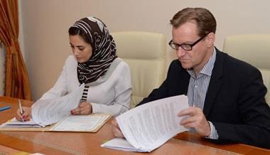 La Secrétaire Adjoint du Tourisme du Sultanat d'Oman, Ministère du Tourisme, Oman H. E. Maithaa bint Saif Al-Mahrouqiyah et Bernhard Bohnenberger, president de Six Senses Hotels Resorts Spas, lors de la signature du contrat du Spa Six Senses Mascate