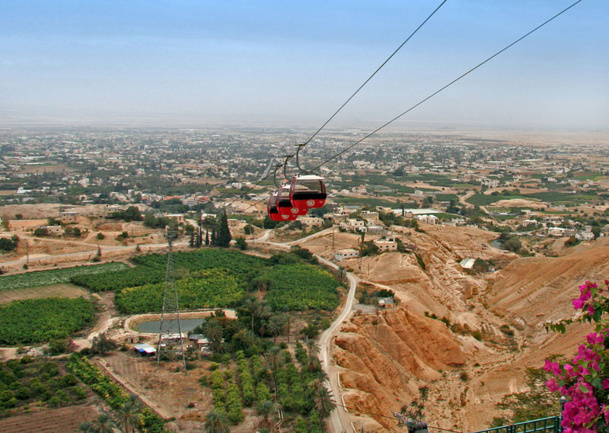 La ville de Jericho, à l'instar de Bethlehem, a toujours été un réel havre de paix. Elle est située à deux encablures de la Jordanie via le Pont Allenby à 3 KM de la ville et ensuite cap sur la Mer Morte voire le site mythique de Petra. Photo wikipedia Tamar Hayardeni (Tamarah)