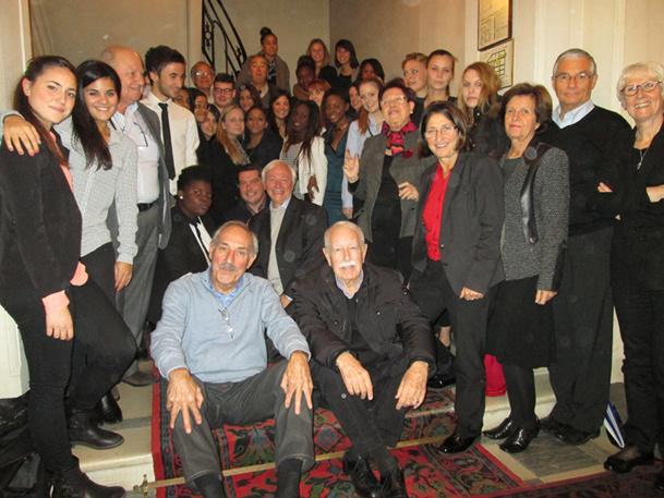 """Certains seniors de la plateforme """"Renseigner les jeunes sur nos métiers"""", entourés d'étudiants - DR : AFST"""