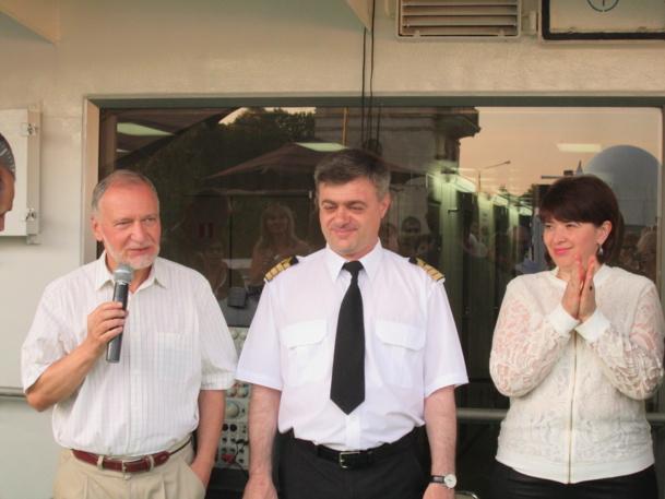 Oleg Ghirinian, capitaine du M/S Kandinsky et, avec le micro, Antonio Garcia directeur de croisière et conférencier - DR : M.S.