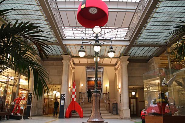 Le ton est donné dés l'entrée : la fusée de Tintin, Spirou, la 2CV de Boule et Bill et Astérix pour accueillir le visiteur - DR : Daniel Fouss, Belgian Comics Center 2013