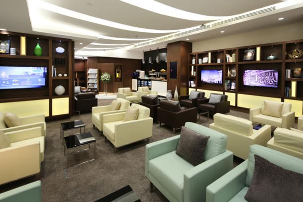 Les passagers bénéficient également d'un accès à un espace de relaxation dédié, avec des sièges de grand confort, des téléviseurs grand écran et un large choix de journaux locaux et internationaux, de magazines et de livres.  - DR