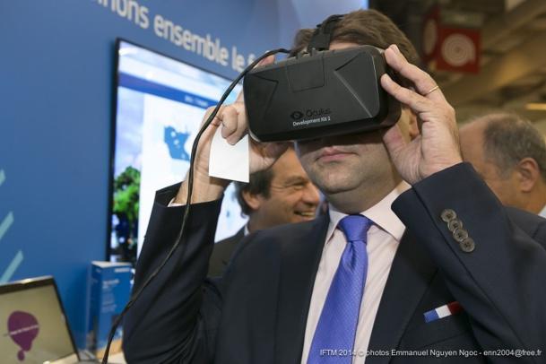 Matthias Fekl, secrétaire d'Etat au tourisme, teste en exclusivité les Oculus sur le stand d'Amadeus - DR : M.K.