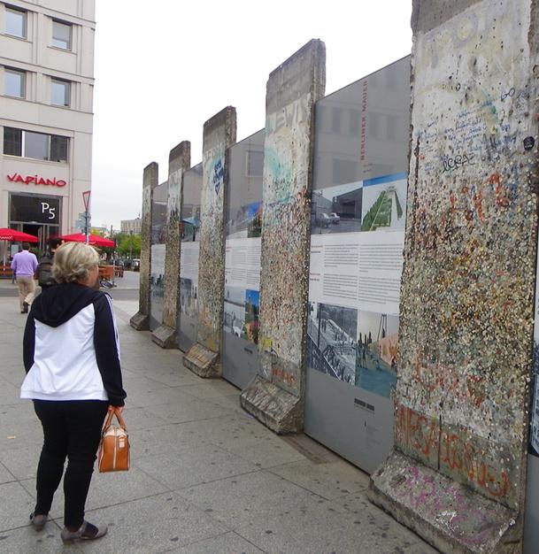 Le souvenir du Mur est partout présent. De Check Point Charlie à Postdamer Platz, de Bernauer Strasse à l'East Side Gallery et son long tronçon de 1,2 km, du mur peint par 118 artistes de 21 pays, le va-et-vient des touristes témoigne de cet intérêt - DR : M.B.