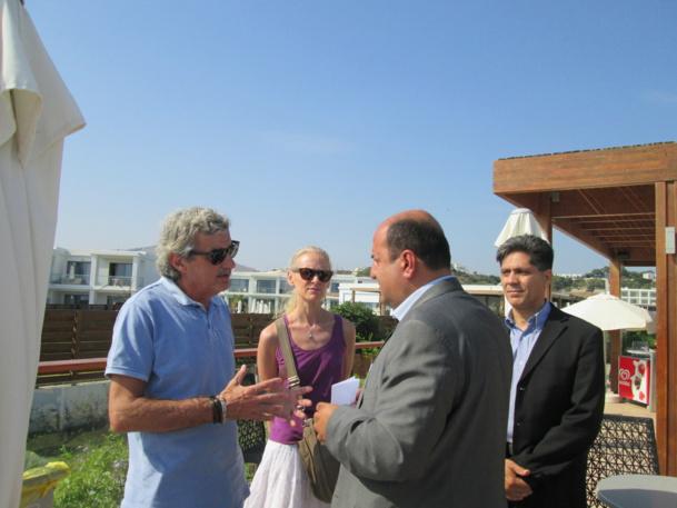 Alain Le Scouezec, Isabelle Lepeu responsables commerciaux de Donatello et Fotis Fakes, propriétaire de l'Asterias Beach Resort, une exclusivité Donatello sur l'île de Rhodes - DR : M.S.