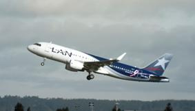 3 avions de LAN Airlines volent avec un ruban rose sur le flanc depuis le 6 octobre 2014 - Photo DR
