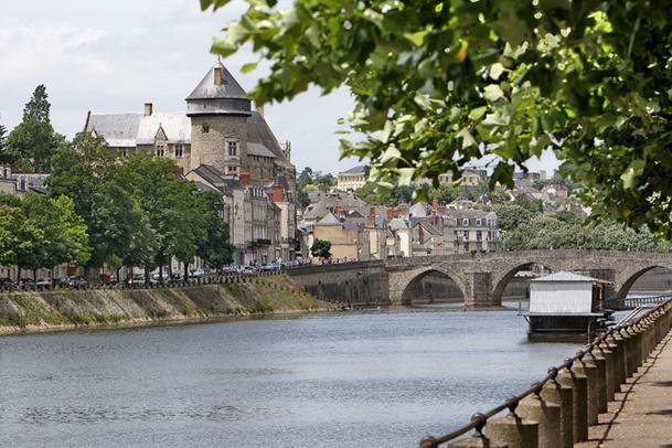 Le donjon du château domine la ville de Laval - DR : D.Vernier - Mayenne Tourisme