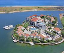 L'hôtel posé sur son île