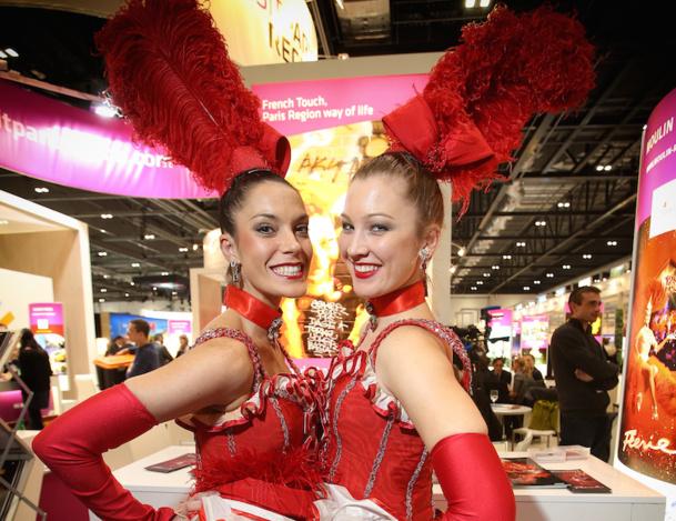 Les danseuses du Moulin Rouge égayaient le stand très sobre d'Atout France au salon WTM de Londres. DR
