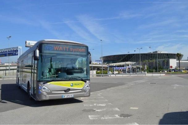 Le bus électrique de l'aéroport de Nice-Côte d'Azur pourra se recharger à chaque station grâce à un bras sur son toit - Photo DR