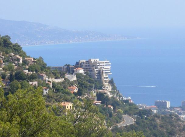 Le Vista Palace, accroché à sa falaise, domine la Principauté de Monaco, d'où l'intérêt qui a attiré une centaine de candidats - DR
