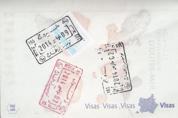 Les voyageurs non-résidents en Tunisie doivent acheter un timbre fiscal (sous le tampon du haut sur la photo) de 30 dinars (13 €) au moment de quitter le pays - DR