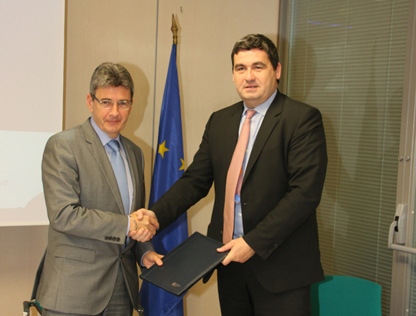 Dominique Thillaud, Président du Directoire d'Aéroports de la Côte d'Azur, et Philippe de Fontaine Vive, Vice-Président de la BEI ont signé un accord d'investissement pour l'Aéroport International - DR