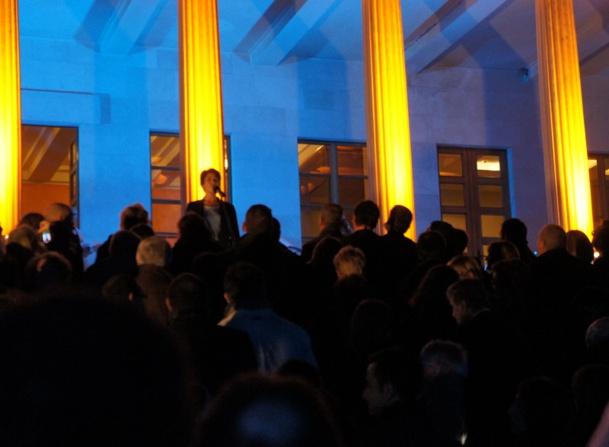 Dominique Beljanski en haut des marches de la Galerie Mestrovic à Split lors de la soirée de gala du Congrès pour son discours de clôture. Photo CE