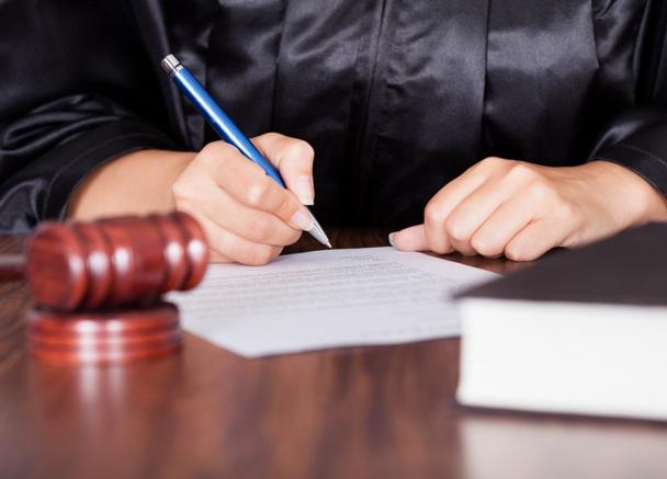 La loi Macron permettrait au gouvernement de déréglementer des professions par ordonnance - DR : © apops - Fotolia.com