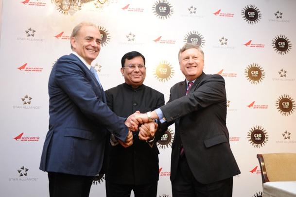 De gauche à droite : Calin Rovinescu, Directeur Général d'Air Canada et Président du Conseil de Direction de Star Alliance, témoigne sa solidarité à Rohit Nandan, Président et Directeur Général du tout dernier membre à avoir rejoint l'alliance, Air India, et Mark Schwab, président de Star Alliance - Photo DR