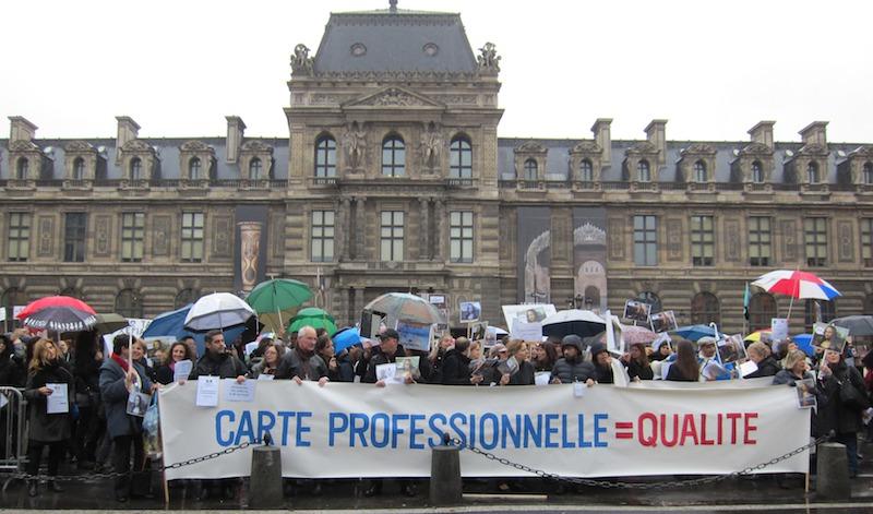 Près de 400 guides conférenciers ont manifesté devant le Louvre afin de lutter contre la Loi Macron, qui veut dérèglementer leur profession. DR-LAC
