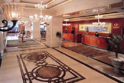 Le hall déploie son pavement de marbre inspiré des tapis de la première période ottomane