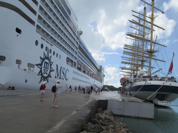 Code de courtoisie : à Sainte Lucie le Royal Clipper fera retentir sa sirène pour saluer le départ de MSC Musica qui lui répondra.