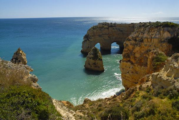 Si le littoral cède parfois à l'agressivité bétonnière, il sait préserver ses richesses premières : l'ocre des falaises, les plages dorées, les baies en croissant et l'indestructible bleu de l'Océan - DR : OT Portugal