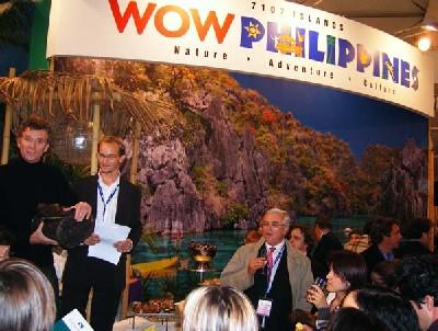 Denis Brogniart, présentateur de Koh Lanta, hier, au cours d'un tirage au sort sur le stand des Philippines