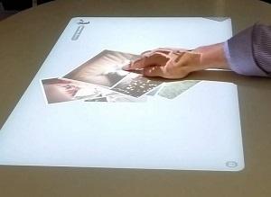 Le projecteur Life Space UX est une surface interractive : la science-fiction est à portée de main