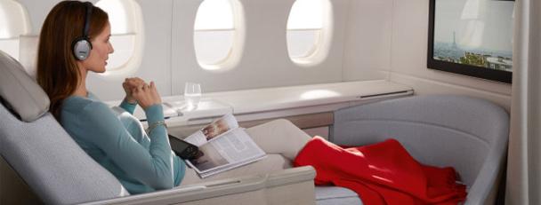 Le fauteuil de la nouvelle cabine La Première d'Air France se transforme en un lit de 2 mètres de long et 77 cm de large en quelques secondes - DR : Air France