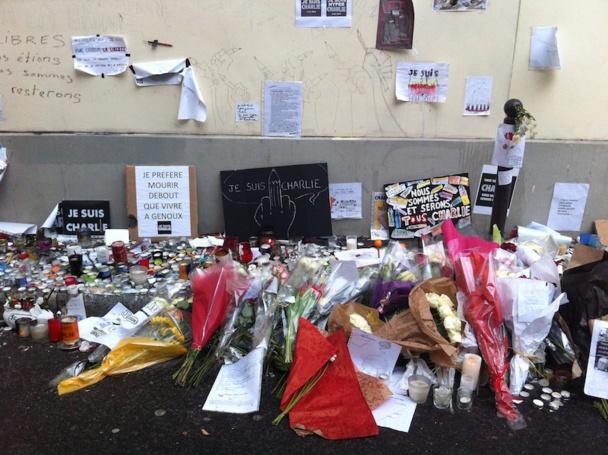 Les passants rendent hommage aux journalistes de Charlie Hebdo sur le trottoir des bureaux du journal dans le 11 arrondissement. DR-LAC
