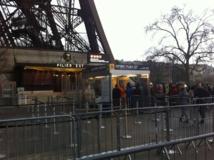 Peu de visiteurs aux pieds de la Tour Eiffel pour ce début d'année bien mouvementé. DR-LAC
