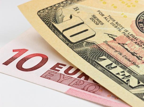Le cours de l'Euro par rapport au Dollar US continue de baisser - DR : © B. Wylezich - Fotolia.com