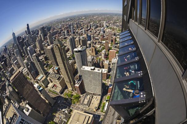 Pour amateurs de sensatins fortes : le Tilt. Une cabine  vitréee qui bascule à 30° sur le vide. Une exclusivité commercialisée par le Groupe M56 dans ses observatoires panoramiques de Chicago et Philadelphie. Ici, depuis la Tour 360° Chicago.