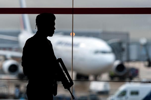 Déjà très élevée, la surveillance dans les aéroports va être renforcée. DR defense.gouv.fr