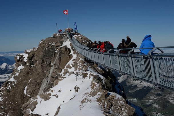 Le Peak Walk est la seule passerelle au monde qui relie deux glaciers à 3 000 mètres d'altitude - DR : OT des Diablerets