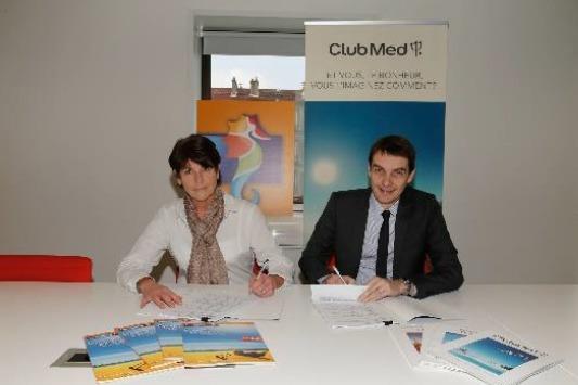 Dominique Beljanski, Présidente de Selectour Afat, et Sylvain Rabuel, Directeur Général des marchés France, Bénélux et Suisse du Club Med, signent le renouvellement de leur accord de partenariat - Photo DR