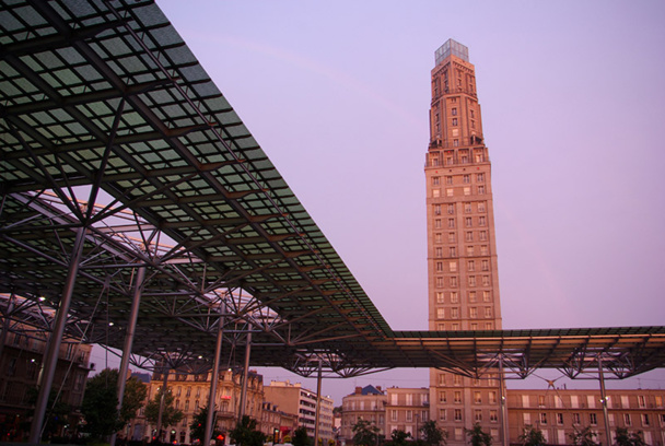 La tour Perret est le premier building en Europe de style américain ! Il est désormais coiffé d'un sablier de verre contemporain, illuminé le soir - DR : J-F.R.