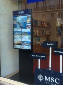 L'affichage dynamique dans la vitrine d'une agence Selectour Afat ©Selectour Afat