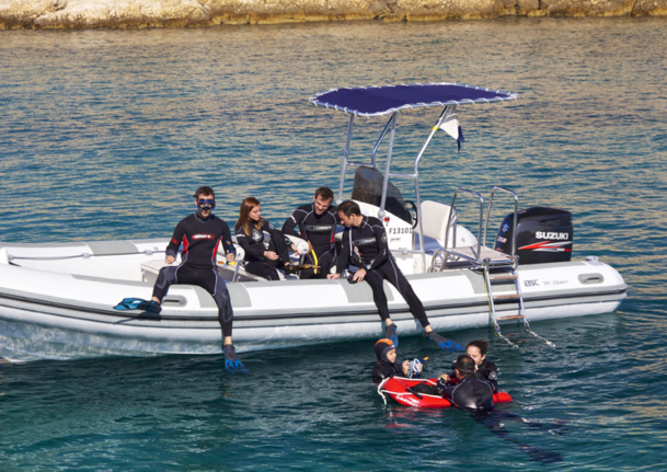 The Rigid-hulled inflatable boat especially equipped with a ladder, benches, and steps in the front - Photo Dune