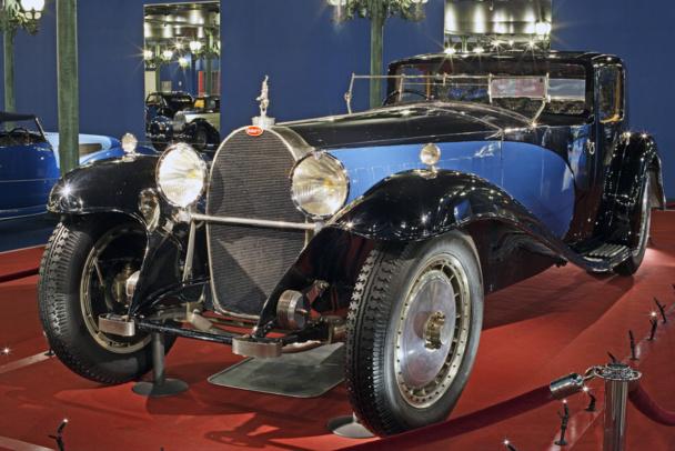 Des voitures objets d'art et de passion. Ici,  qualifiée de chef d'œuvre :  la Bugatti Royale coupé Napoléon (1929). Elle  était la voiture personnelle d'Ettore Bugatti. Considérée comme la voiture la plus chère du monde, elle consomme la bagatelle d'une cinquantaine de litres aux 100 km - DR : Cité de l'Automobile - Collection Schlumpf