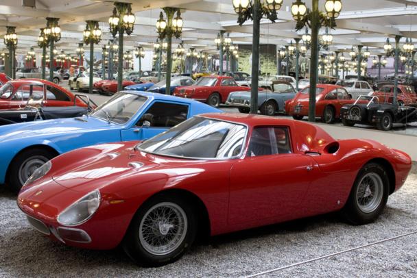 17 000 m2 d'exposition décorés de 800 lampadaires identiques à ceux du Pont Alexandre III. Au 1er rang : Ferrari 250 LM (Le Mans) de 1964 - DR : Cité de l'Automobile - Collection Schlumpf