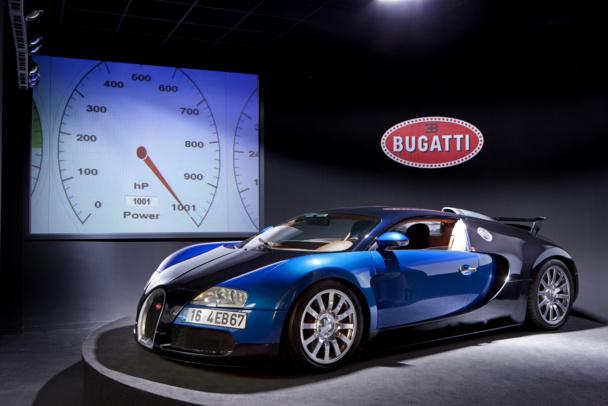 La Bugatti Veyron, l'un des joyaux de la collection. Un savoir-faire technique issu de l'aéronautique et de l'astronautique a été nécessaire pour réaliser un incroyable circuit de freinage. En freinant à fond, il suffit de 10 secondes pour ralentir de 400 km/h à l'arrêt complet - DR : Cité de l'Automobile - Collection Schlumpf