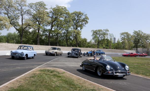 L'Autodrome et son spectacle. On voit évoluer certaines des voitures les plus prestigieuses du Musée. Sur réservation, les visiteurs peuvent monter à bord comme pilote ou passager - DR : Cité de l'Automobile - Collection Schlumpf