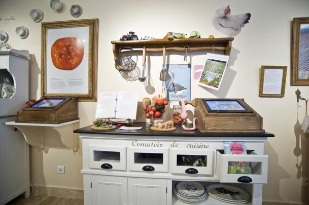 Sur ce meuble, une mini-exposition consacrée à la tomate : la plante de la région. On peut écouter une interview en décrochant le téléphone, et regarder les bonus cachés dans les tiroirs. (c) Pierre Baudier